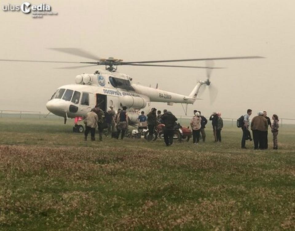 Вертолет с сотрудниками МЧС прилетел на тушение лесного пожара в село Сватай Якутии