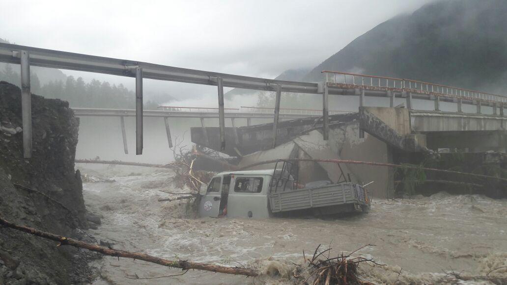 Автомобиль с сотрудниками упал сразрушенного паводком моста вЯкутии