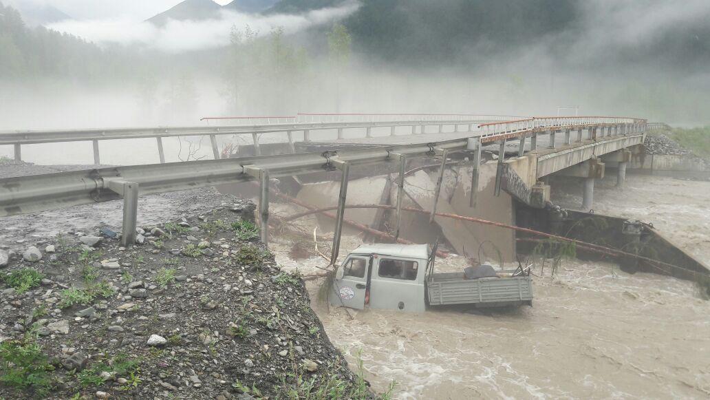 УАЗ улетел в реку  сразрушенного паводком моста вЯкутии