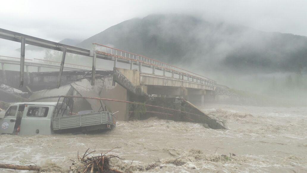 На автотрассе «Колыма» автомобиль УАЗ слетел вреку споврежденного дождями моста