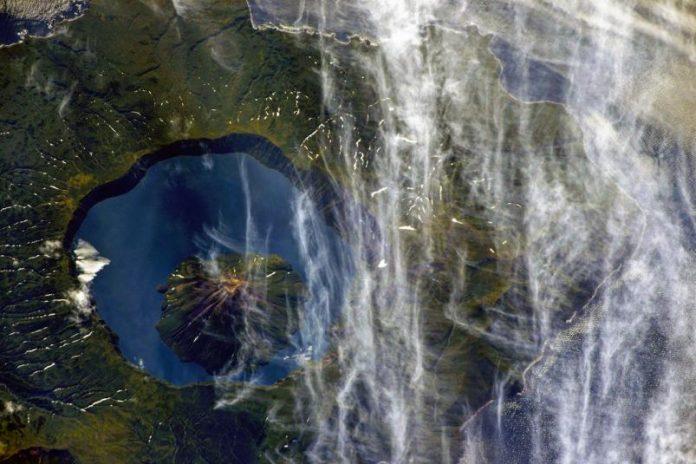1322682-696x464 Из космоса запечатлен самый большой двухъярусный курильский вулкан