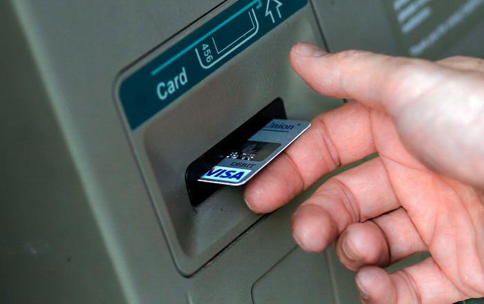 Жительница Якутска сняла деньги с карты друга, когда он заснул