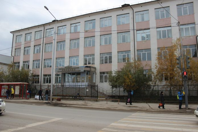 IMG_0178-696x464 Самоубийства студентов, отзыв лицензии и рейдерские захваты: Что происходит в якутском колледже?