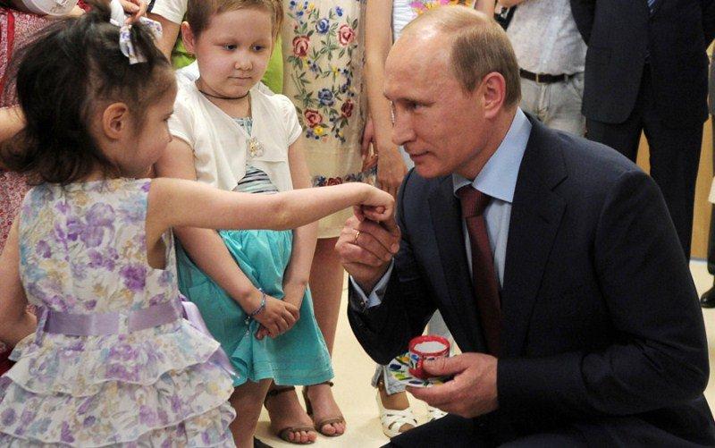 Путин предложил давать 10 тысяч каждый месяц запервого ребенка