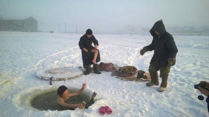 3e43e105-d457-4a06-848e-1441053f7f66-696x392 Фотофакт: Чурапчинские моржи окунаются в прорубь в минус 45°