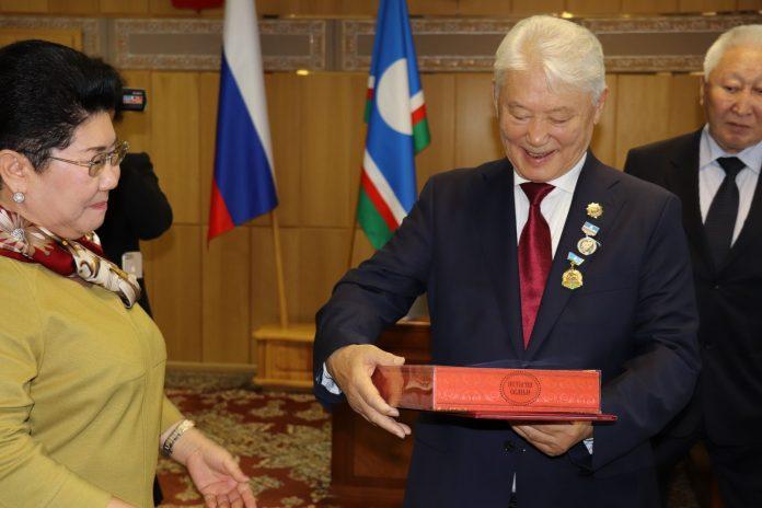 IMG_74451-696x464 Прасковья Борисова поздравила первого президента Якутии с юбилеем
