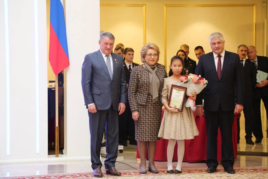 Дагестанская школьница получила медаль «Замужество вспасении»