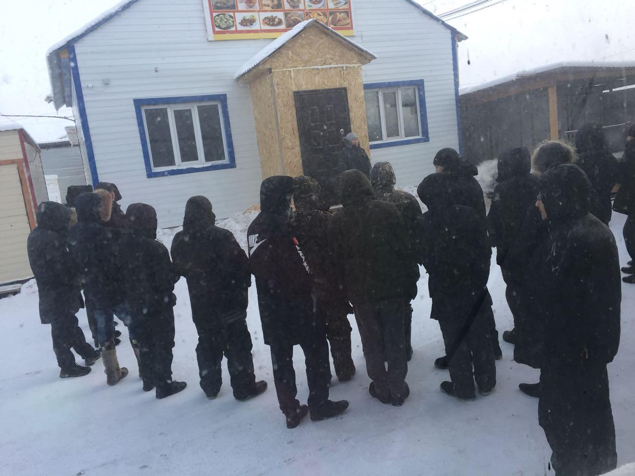 63f0d139-82af-4e69-aefd-e8d148e0342b В Намцах местный житель и работники из Узбекистана не поделили снег
