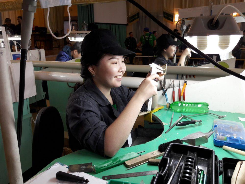 В Якутском промышленном техникуме проходит соревнование по ювелирному делу