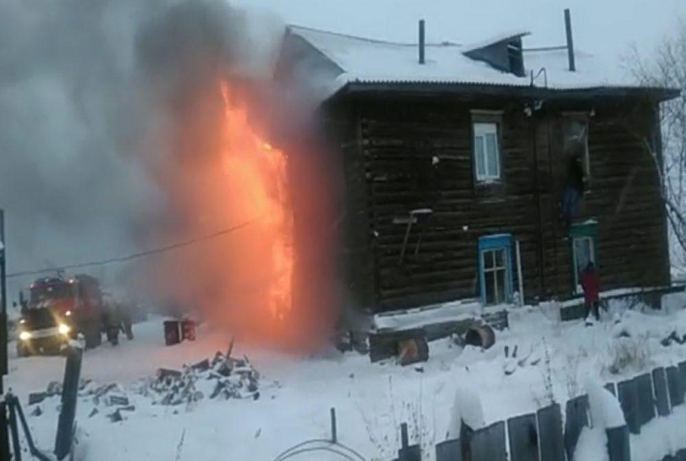 В Олекминске двое мужчин спасли из горящего дома женщину и детей