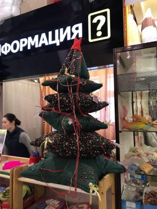 elka_iz_podushek-315x420 Из книг, поленьев и подушек: Елки, которые удивили якутян