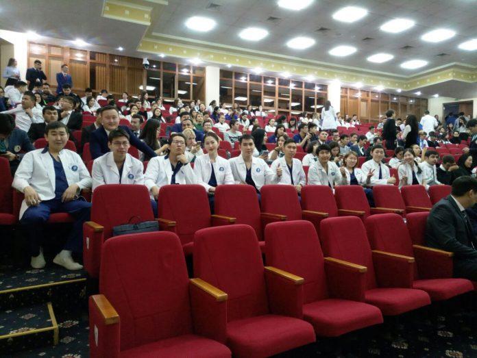 917cc060-b6bf-4411-bd01-4266cc8511b6-696x523 Студенты-хирурги СВФУ победили на международной олимпиаде в Казахстане