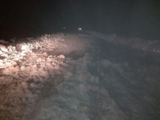 k2-560x420 На Колыме спасатели вызволили из ледяного плена машину с пятью пассажирами