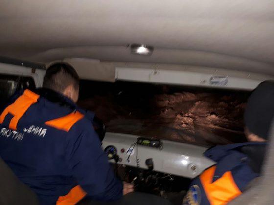 k3-560x420 На Колыме спасатели вызволили из ледяного плена машину с пятью пассажирами