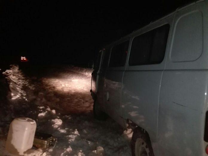 k4-696x522 На Колыме спасатели вызволили из ледяного плена машину с пятью пассажирами