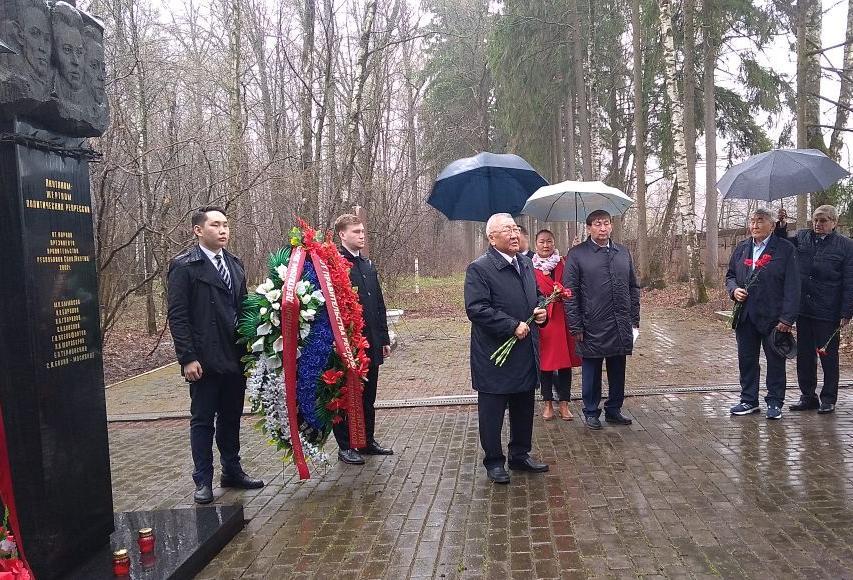 Егор Борисов возложил цветы к памятнику основателям республики