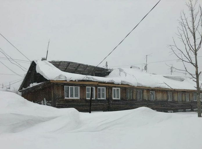 29714400_225954934807220_8499007523003564032_n-e1522656547861-696x516 Снегопад проломил крышу многоквартирного жилого дома в Алдане