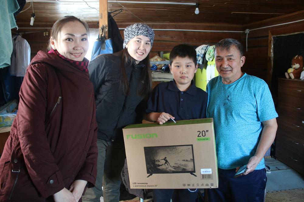 Аукцион добрых дел: Волонтеры Алмазэргиэнбанка поддержали отцов-одиночек