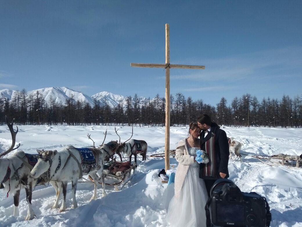 На севере Якутии туристы из Польши обвенчались в оленеводческом стаде