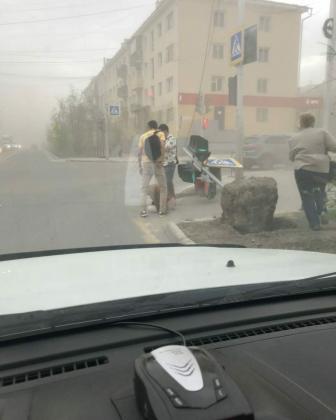 0f257f33-7895-4224-8e0f-1ea92da7cdbe-336x420 Разрушительный ураган прошелся по Якутску (ФОТО)
