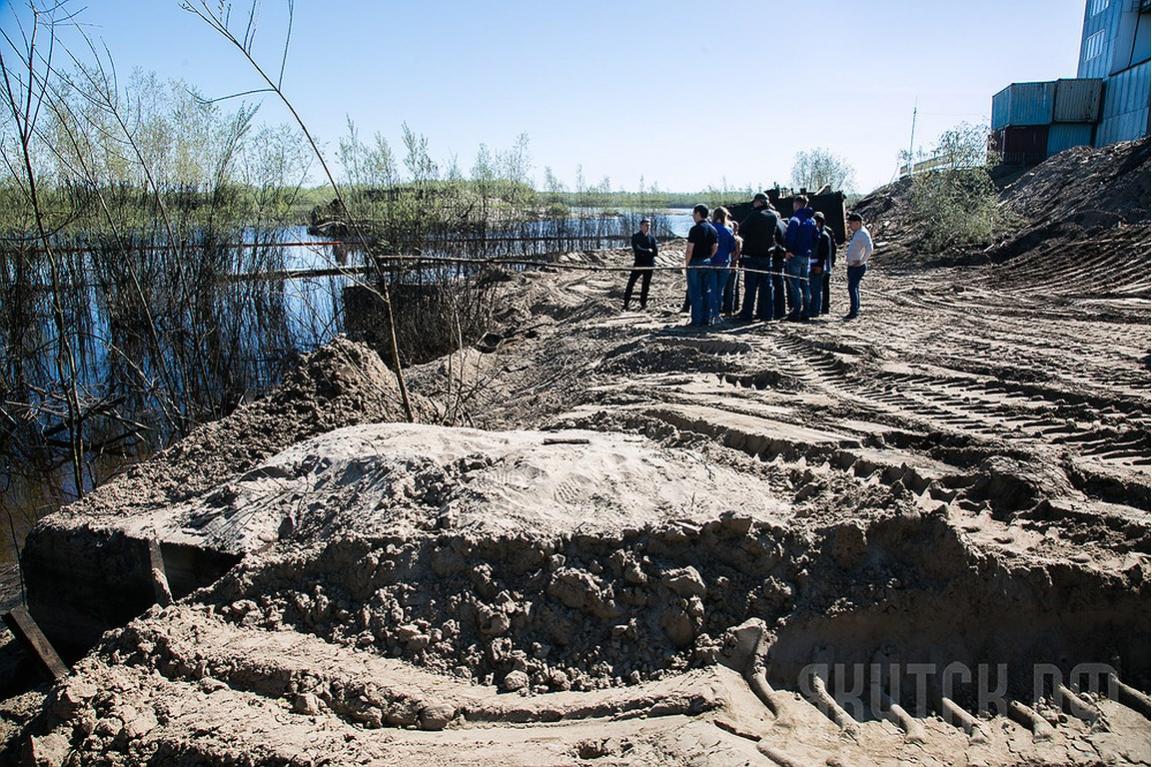 У речного порта Якутска собрано сто кубов нефтепродуктов