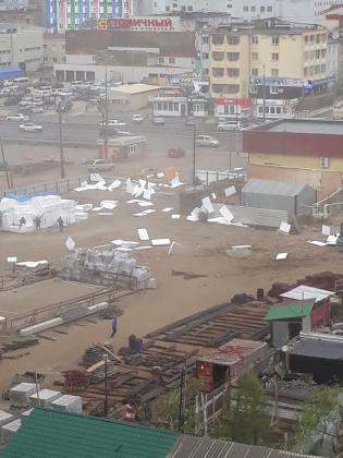 8daf41c0-84ea-41b7-9e21-574de8dbcd79-315x420 Разрушительный ураган прошелся по Якутску (ФОТО)