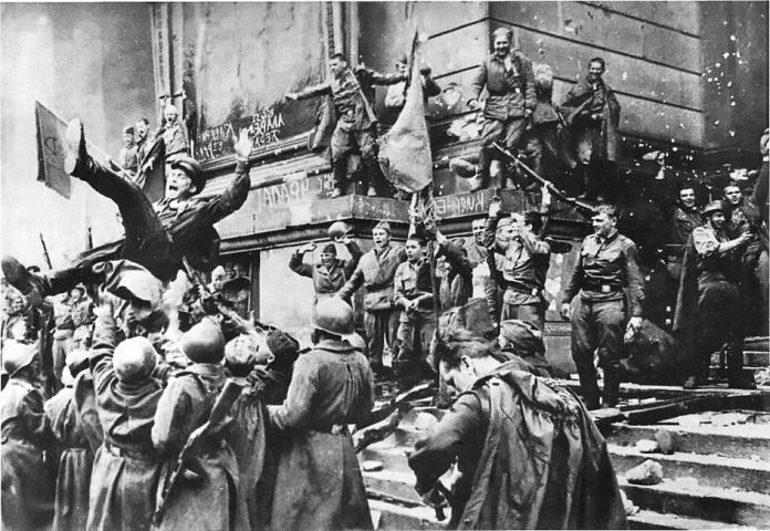 9-maya-696x480 Зенитчик, танкист, стрелок: Они ковали победу на фронтах Великой Отечественной войны