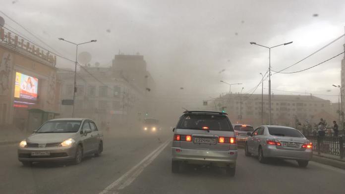 91a00e04-aa9b-4e11-b7c7-ddfc43059878-696x392 Разрушительный ураган прошелся по Якутску (ФОТО)