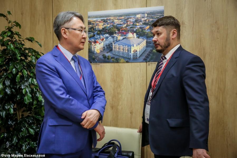 На ПМЭФ обсуждена возможность создания венчурного фонда Якутии и ВЭБ