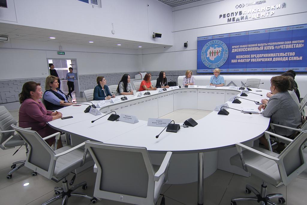 """В дискуссионном клубе """"#ЧТОНЕТАК"""" обсудили особенности женского предпринимательства"""