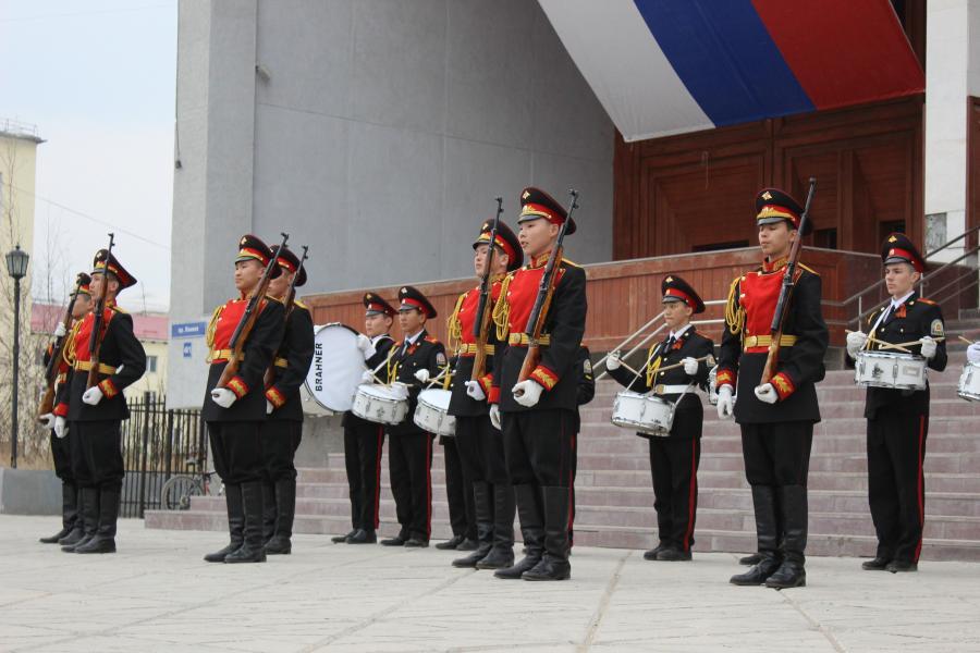 Кадеты, сотрудники МВД и молодежь поздравили жителей и ветеранов города с днем Победы