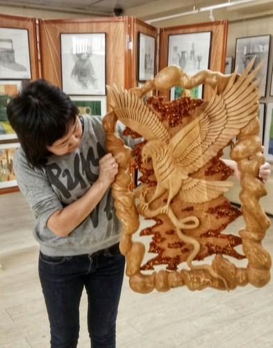 Орел с янтарем