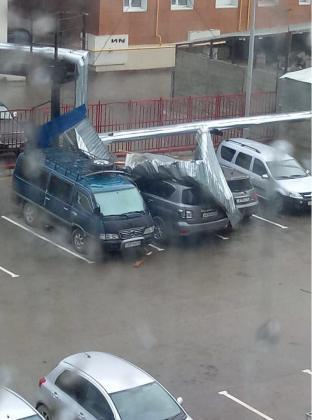 df3b4baa-6605-4558-8316-cad8676321ec-312x420 Разрушительный ураган прошелся по Якутску (ФОТО)