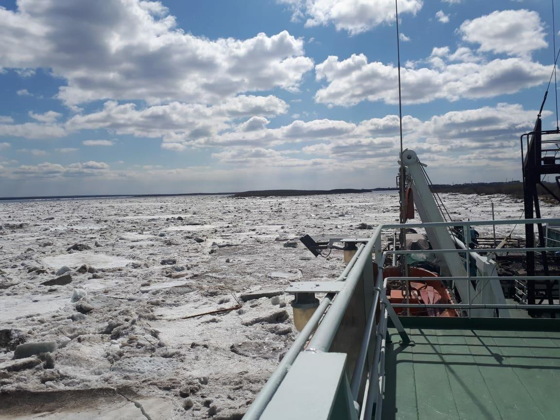 Специалисты взрывают лед, чтобы помочь ледоколу добраться до затора