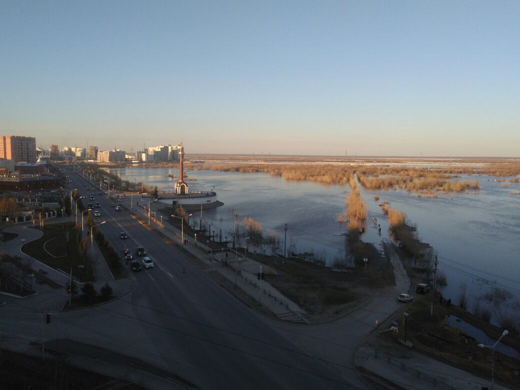 Спасатели эвакуируют жителей сел в зоне паводка в Якутии