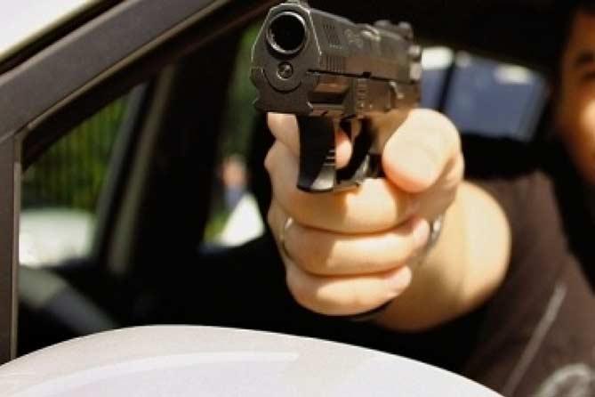 Таксист наставил на пассажира пистолет и ограбил его