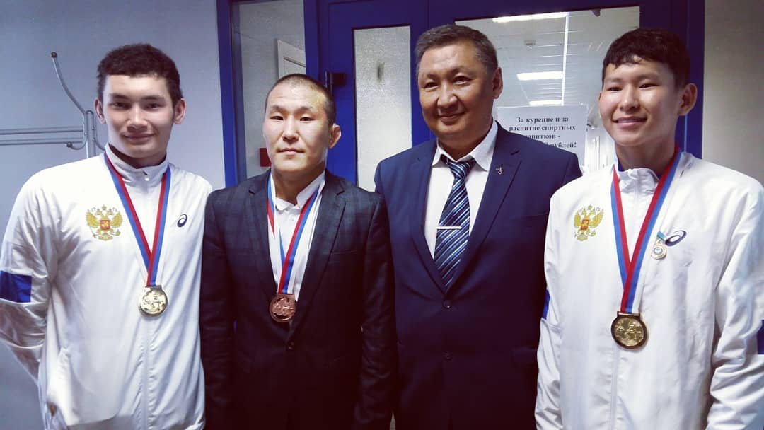 Триумфаторам чемпионата мира по спортивной борьбе подарили денежные сертификаты