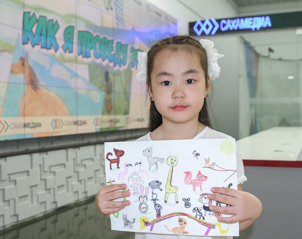 Победители конкурса детских рисунков «Как я проведу это лето» получили призы
