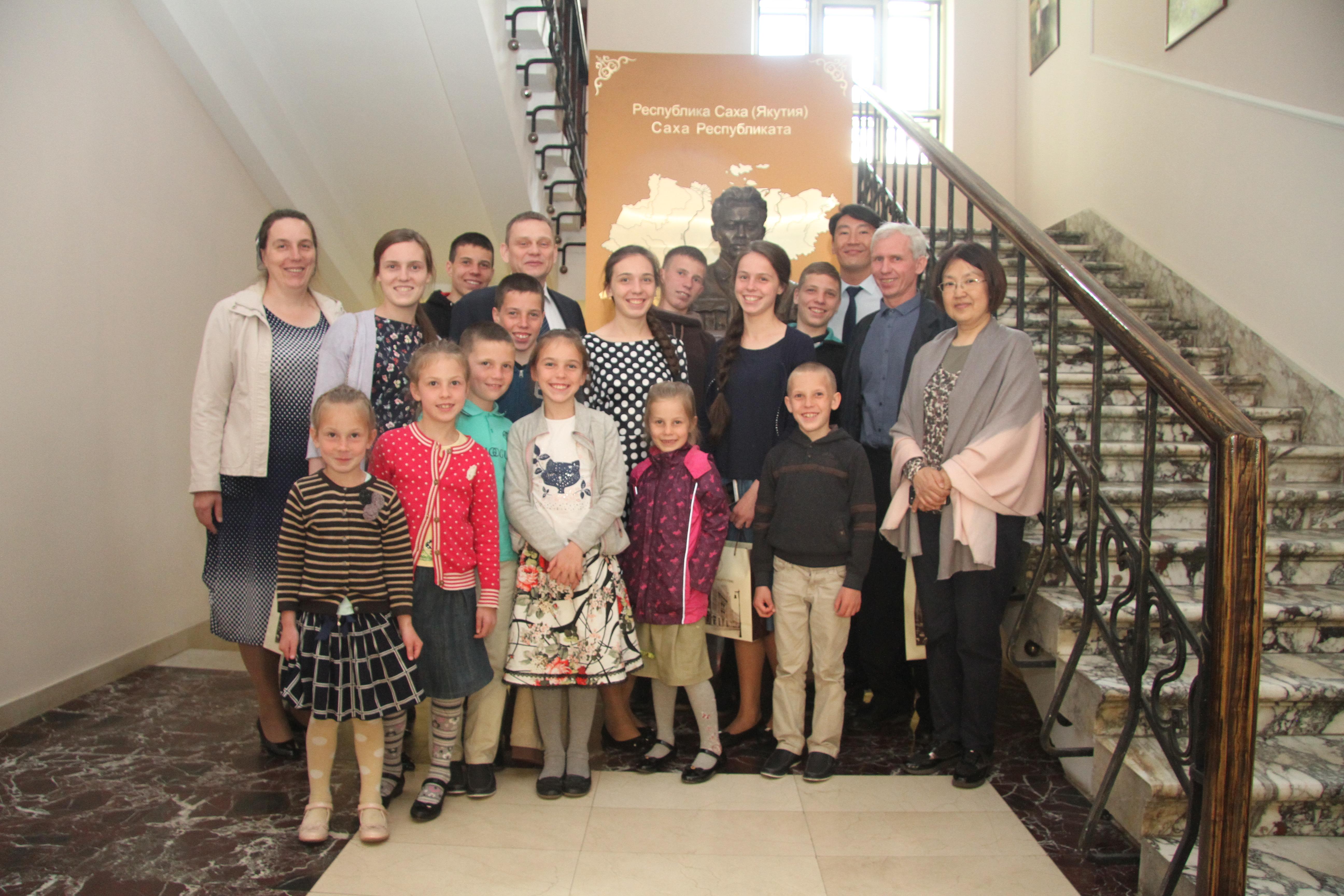 Айсен Николаев поздравил семью Юдинцевых, награждённую орденом «Родительская слава»