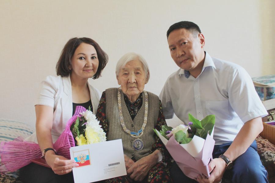 100-летнему долгожителю Якутска вручен почетный знак «Yйэ Саас»