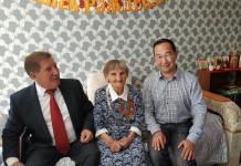 Айсен Николаев наградил почетным знаком долгожителя ветерана ВОВ Наталью Тетерину