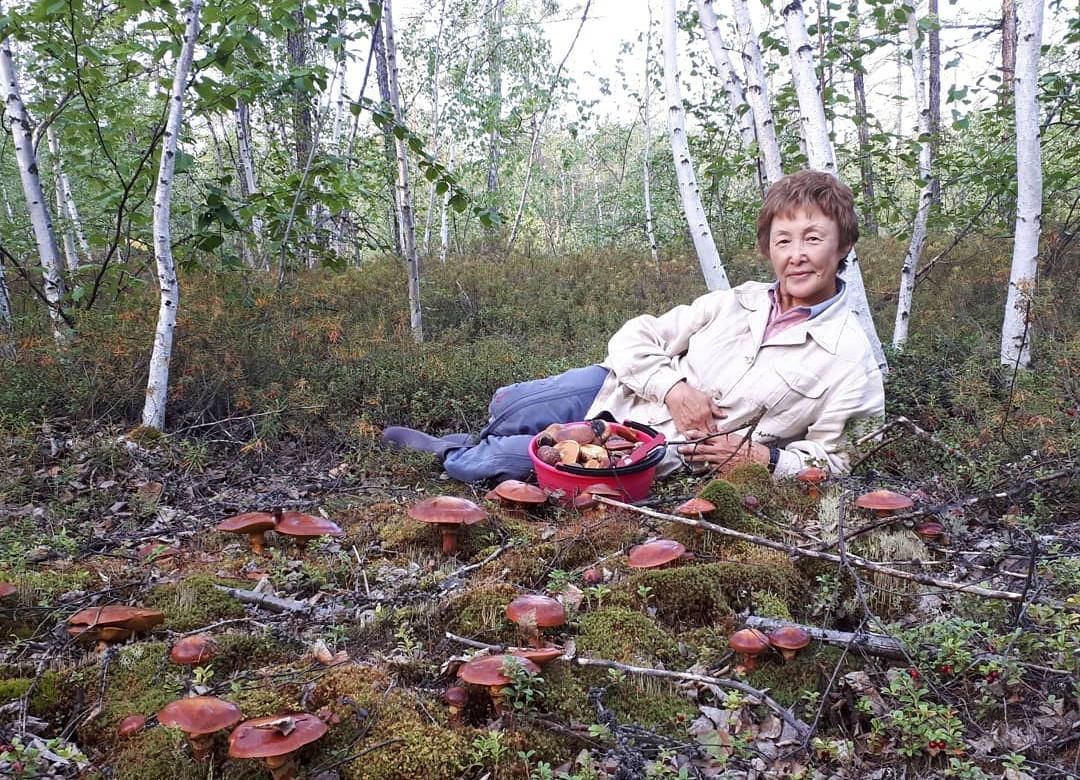 Летние застолья, огород и дары природы в фото известных якутян