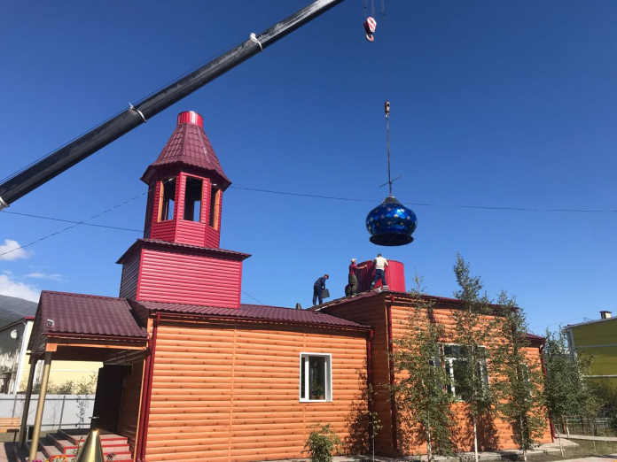 В Усть-Нере на Храм Успения Пресвятой Богородицы водружены новые купола