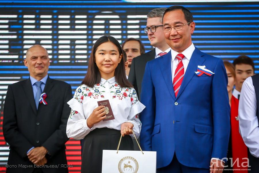 Айсен Николаев вручил паспорта юным гражданам Якутии