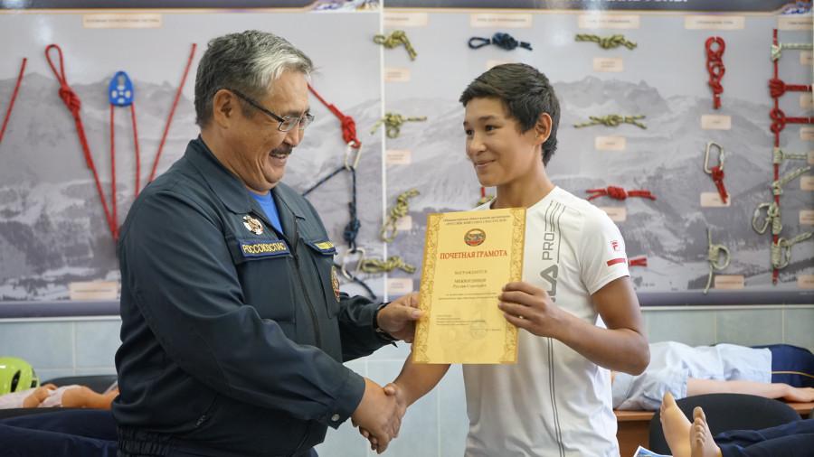 В Якутии школьнику вручили почетную грамоту за мужество при спасении утопающих