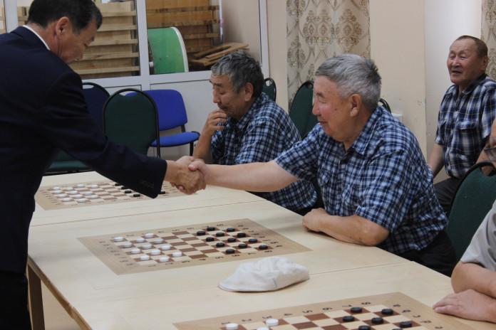 Пенсионеры смогут бесплатно заниматься в шахматно-шашечном центре