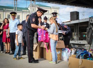 Полицейские помогли собраться в школу детям, оказавшимся в трудной жизненной ситуации