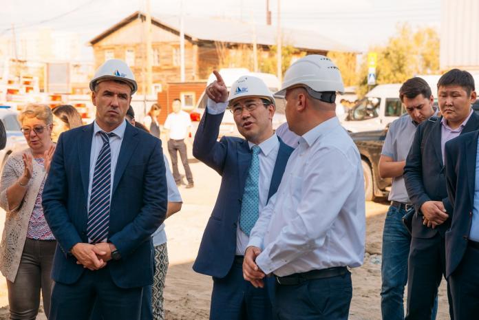 Айсен Николаев осмотрел строящиеся школы Якутска