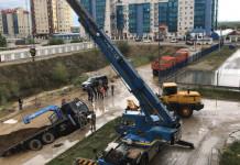 В 203 микрорайоне в размытую дождем яму провалился грузовик