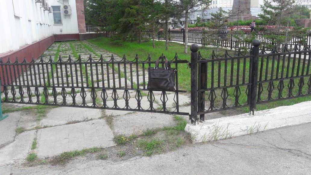 Из-за подозрительной сумки в центре Якутска перекрыли движение